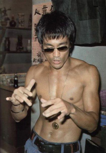 Bruce Lee a torso nudo.