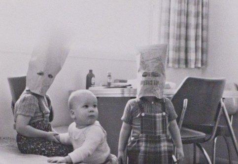 Bambini giocano con sacchetti di carta, ca. 1960