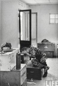 Un pilota post-missione, Vietnam 1965. Fotografia di Larry Burrows