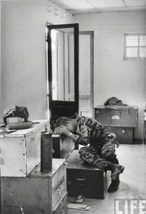 Un pilota post-missione, Vietnam 1965. Fotografia di Larry Burrows