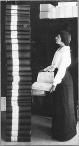 Elin Wägner in piedi accanto a 351,454 di firme per chiedere che le donne ottengano il diritto di voto. Svezia 1914
