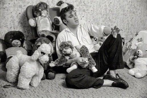 Elvis Presley a casa con i suoi animali di peluche, 1956