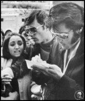 Elvis firmare un autografo per la giovane Madonna
