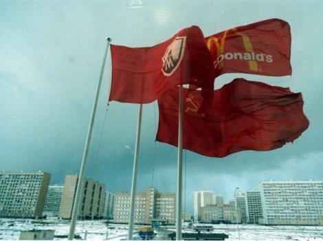 Bandiere della città di Mosca, di McDonald e dell'Unione Sovietica alla fabbrica McDonald alla periferia di Mosca, 1989