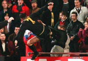Il calcio volante del giocatore del Manchester United Eric Cantona su un fan dei Crystal Palace, 1995