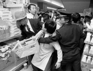 Rissa per comprare la carta igienica in un supermercato a Tokyo durante la crisi petrolifera del 1973