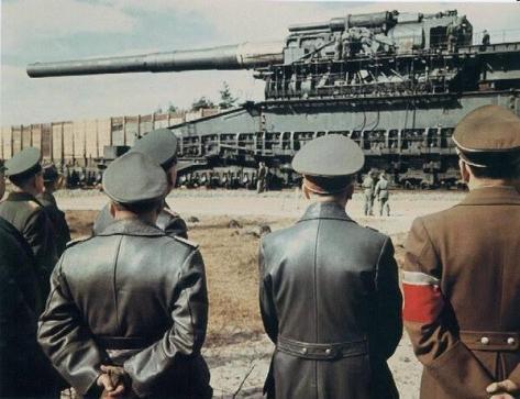Hitler e alcuni altri nazisti di alto rango dare un'occhiata al Schwerer Gustav nel 1942