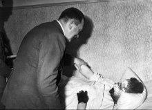 Hitler chiede a un soldato mezzo congelato dalla neve di non per salutarlo, ma invece di riposare e recuperare