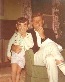 JFK con la figlia Caroline che indossa una maschera di JFK, 1962