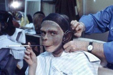 """Kim Hunter fuma una sigaretta, mentre le viene applicato il trucco sul set di """"Il pianeta delle scimmie"""", 1967"""