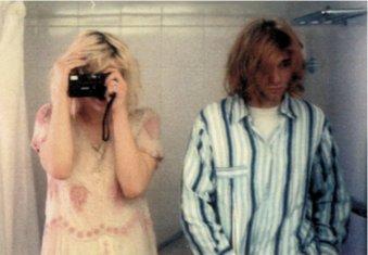 Kurt Cobain e Courtney Love fanno un selfie in bagno nel loro hotel - tour giapponese dei Nirvana del 1992