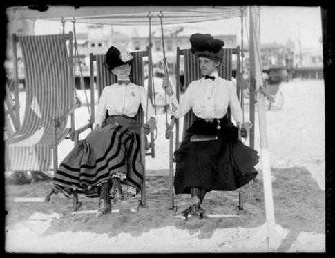 Donne sull'altalena su una spiaggia di Atlantic City, ca. 1905