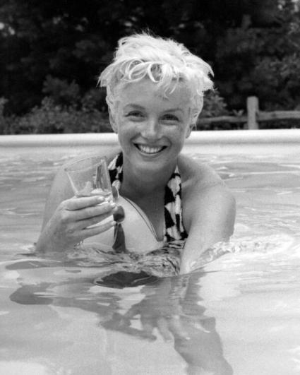 Marilyn Monroe beve in piscina