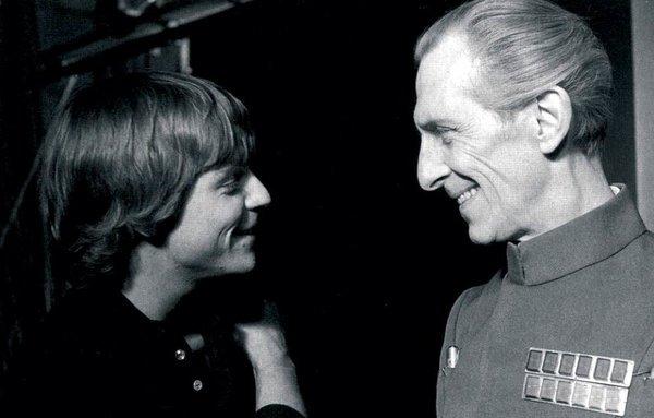 """Mark Hamill e Peter Cushing, dopo una ripresa di Star Wars """"Una nuova speranza"""", 1977"""