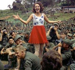 Miss Alabama, Ann Fowler, cammina fra il pubblico di circa 2.500 soldati della 2 ° Brigata, le truppe della 4° Divisione, 1970
