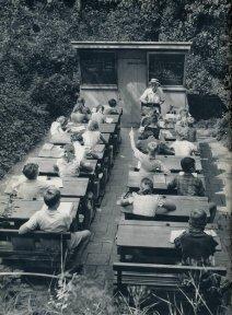 Scuola all'aperto nei Paesi Bassi, 1957. Progettata per combattere l'aumento della tubercolosi. Fotografia di Jan Willemsen