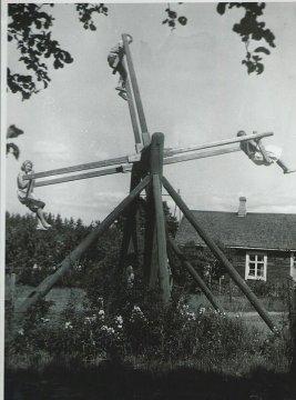 Persone su un'altalena, Finlandia, ca. 1950