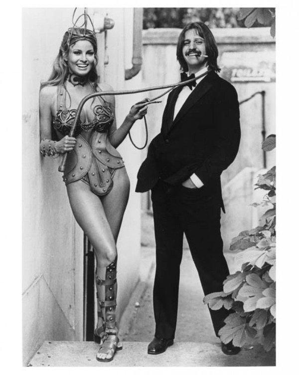 Ringo Starr si rilassa con Raquel Welch sul set di 'The Magic Christian', 1969