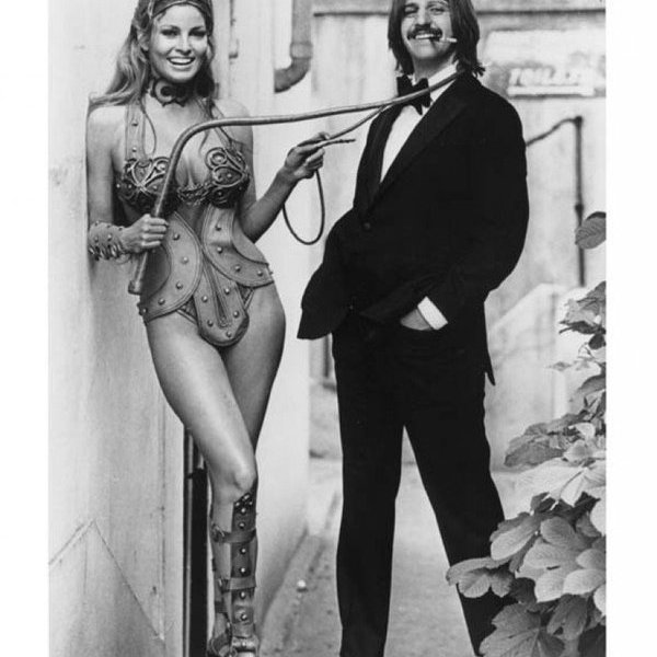 Ringo Starr si rilassa con Raquel Welch sul set di 'The Magic Christian' 1969