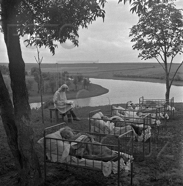Bambini dell'asilo russi fanno un pisolino, anni 50