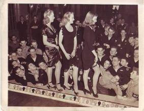 Marinai guardano una sfilata di moda di calze durante la seconda guerra mondiale