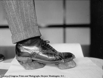 Le scarpe dei distillatori clandestini durante il proibizionismo usate per mascherare le loro impronte, circa 1922