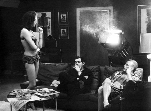 Stanley Kubrick si fa una sigaretta accanto a Tracy Reed e George C. Scott sul set di Dottor Stranamore, 1963