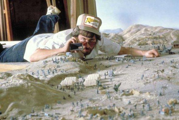 """Steven Spielberg studia la fotografia sul set in miniatura de """"I predatori dell'arca perduta"""""""