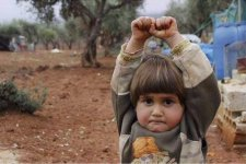 """Bambina siriana pensa che il fotoreporter abbia in mano un'arma, così si """"arrende"""""""