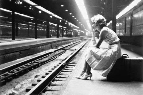 Adolescente in attesa di un treno a Chicago, 1960