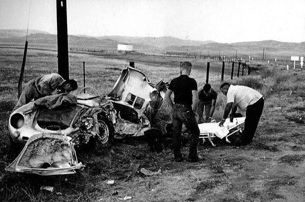 Le conseguenze del incidente d'auto che ha causato la morte di James Dean [30-09-1955]