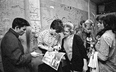 Gli Smiths firmano autografi nel backstage presso la University of East Anglia, Norwich. (1984) Foto di Paul Slattery