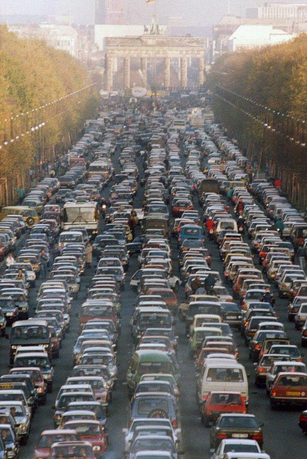 Il traffico proveniente da ogni lato di Berlino il Sabato dopo la caduta del muro di Berlino, 1989. Foto di Rainer Klostermeier
