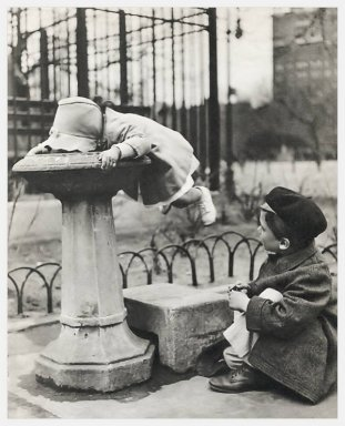 Due bambini in una fontana a New York City, 1930