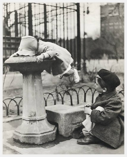 Due bambini in una fontana a New York City, 1930
