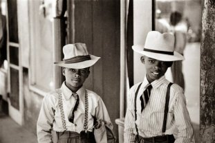 Due bambini vestiti da grandi a Natchez Mississippi, 1947. Fotografia di Henri Cartier-Bresson