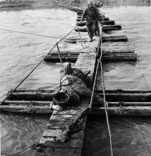 Soldato americano ucciso mentre attraversava un ponte sul fiume Rur nei pressi di Jülich, Germania 1945