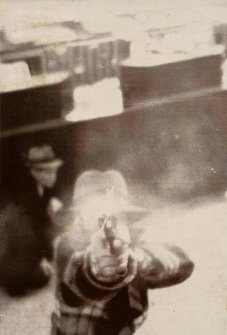 "Un rapinatore punta la pistola a una telecamera di sicurezza a Cleveland, 1975. Parte di ""Crime Stories"", al Metropolitan Museum of Art"