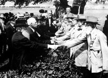 Veterani dell'Unione e Confederazione si stringono la mano in occasione del 50 ° anniversario della battaglia di Gettysburg 1913