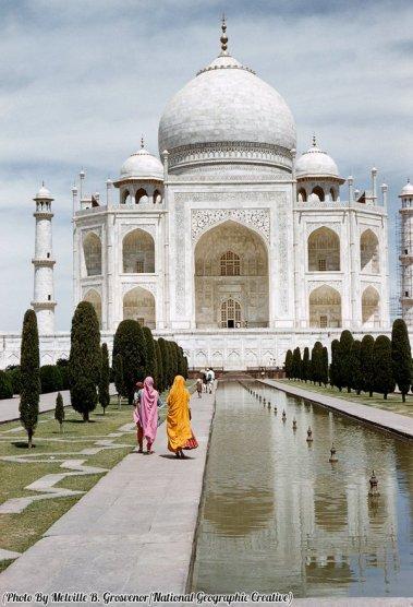 Donne con vestiti sgargianti a piedi con il Taj Mahal sullo sfondo, 1959