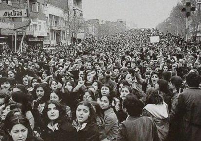 Donne protestano contro lo Hijab forzato in Iran, alcuni giorni dopo la rivoluzione del 1979