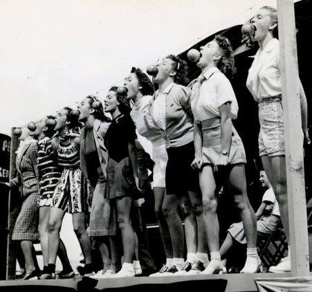 """Ragazze al un concorso """"Mordi la Mela"""", California, 1939"""