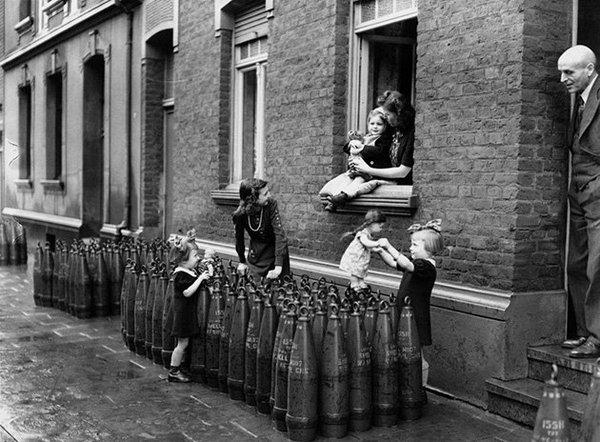 Bambine giocano con le bambole sulle pile di granate, Monaco di Baviera 1943