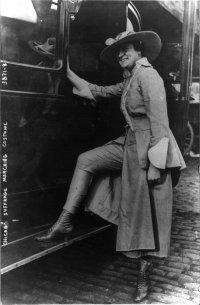 Una suffragetta mostra i suoi pantaloni nel 1916