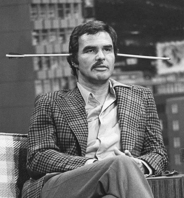 Burt Reynolds con la metà dei baffi dopo che Steve Martin ha osato raderglieli, 1978