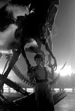 Sigourney Weaver e la Regina Alien sul set di Aliens, 1985