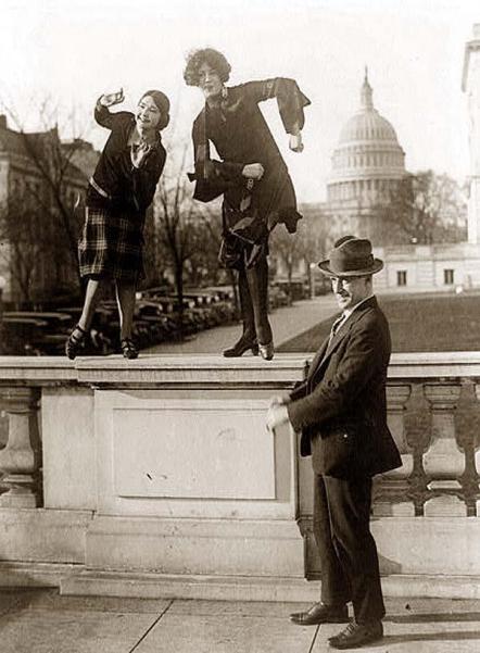 1920, due donne ballano il Charleston su una ringhiera di fronte al Campidoglio