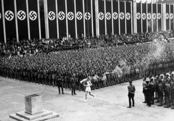 La fiamma olimpica arriva a Berlino, 1936