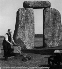 Un giardiniere falcia l'erba a Stonehenge, 1950 circa