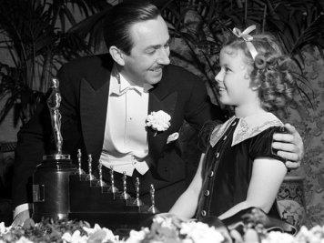 """Walt Disney ricevette questo speciale Oscar per """"Biancaneve e i sette nani"""" nel 1939"""